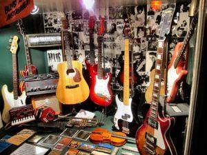 несколько гитар в магазине