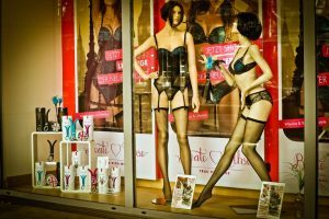 два манекена в витрине секс-шопе