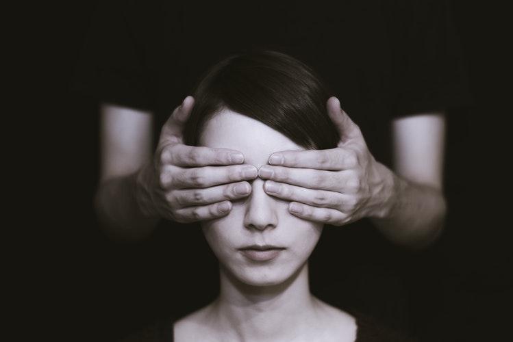 руки закрывают девушке глаза