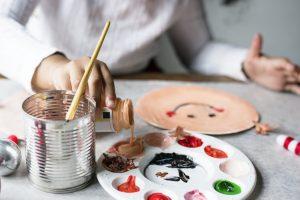 ребёнок наливает краски в палитру
