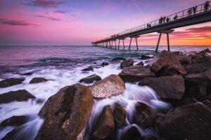 берег моря и пирс на закате