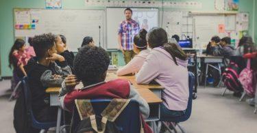 дети в школе сидят на уроке