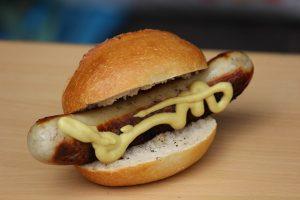 бутерброд с немецкой колбаской и горчицей