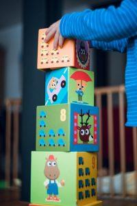 детские кубики с рисунками и ребенок