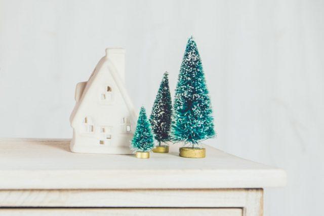 небольшие фигурки дом и ёлки