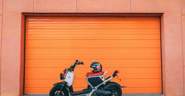 мотоцикл и шлем на фоне оранжевого цвета