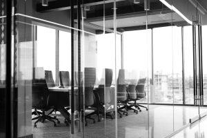 офисный стол со стульями в комнате