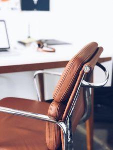 стул из коричневой кожи