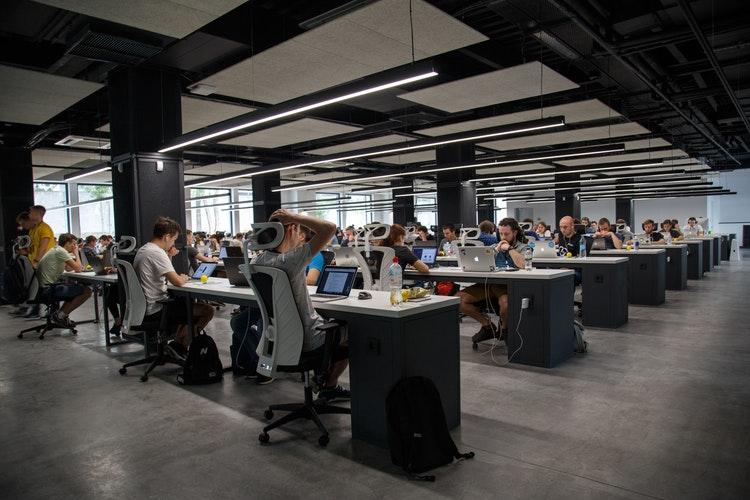 помещения со множеством столов и работниками