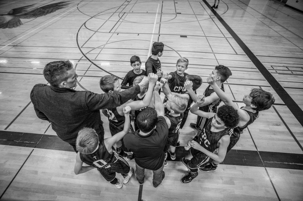 детская команда по баскетболу с тренером