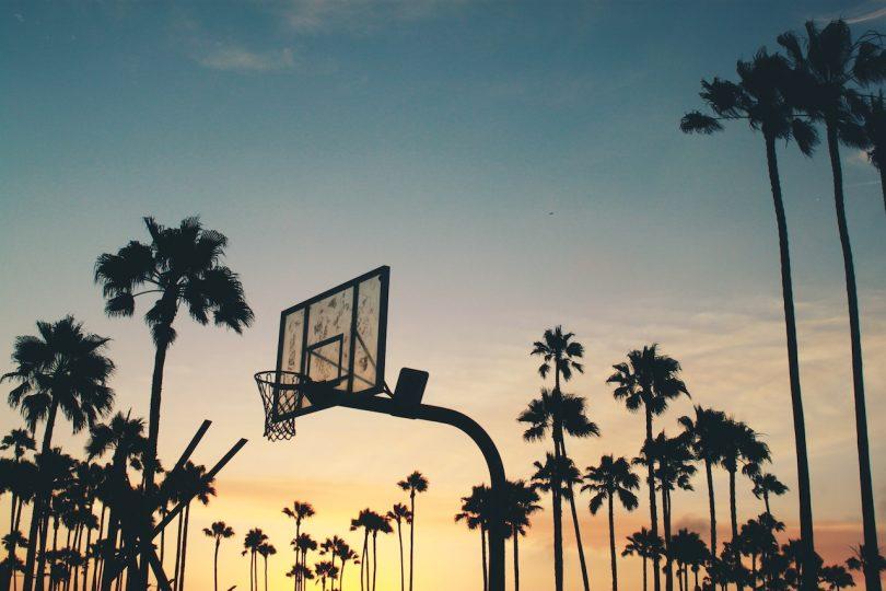 баскетбольное кольцо на закате