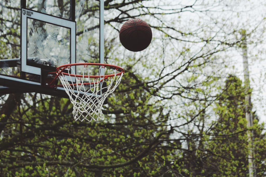 баскетбольный мяч летит в баскетбольное кольцо