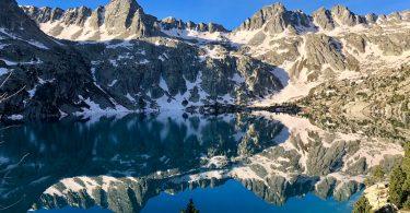 заснеженные горы у озера