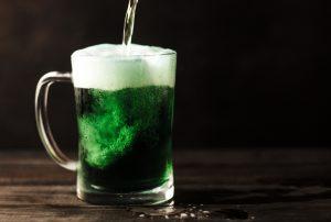 зелёная жидкость в кружке