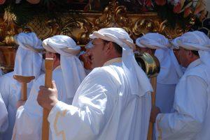 мужчины в белом одеянии