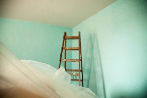 лестница в углу комнаты с зелёными стенами