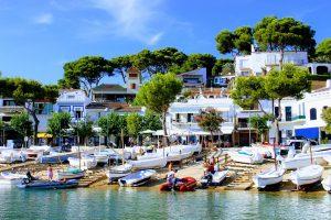 белые дома и деревья на берегу моря