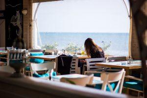двушка сидит на террасе с видом на море