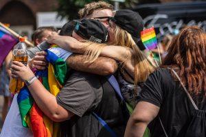 люди обнимаются на улице