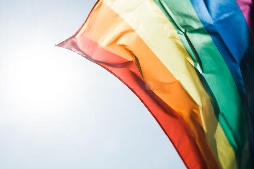 флаг общества ЛШБТ развивается на фоне неба