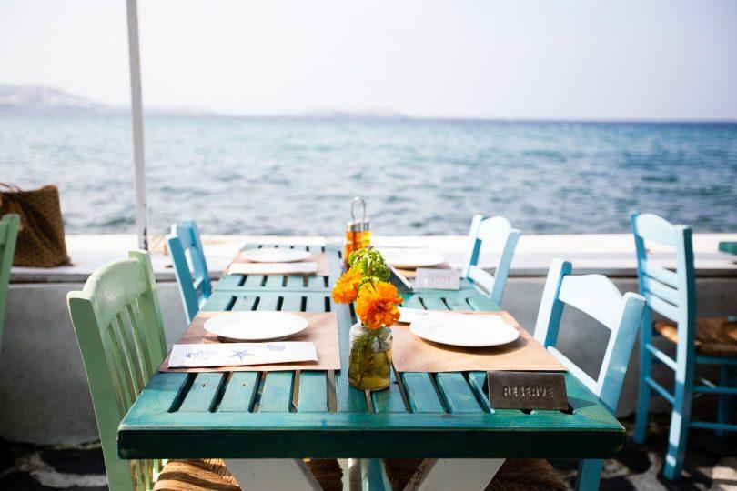 голубые столики на террасе с видом на море