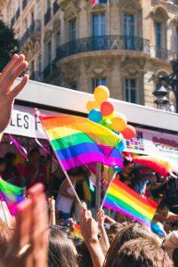флаг общества ЛГБТ развивается на фоне Барселоны