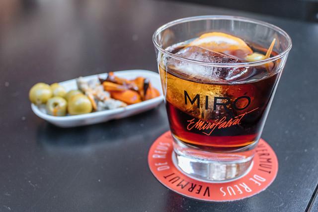 оливки со стаканом вермута