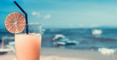 стакан с напитком на фоне моря