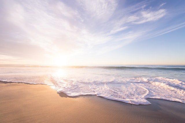 берег моря при восходе солнца
