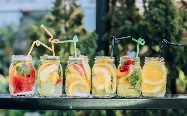 6 банок с фруктами