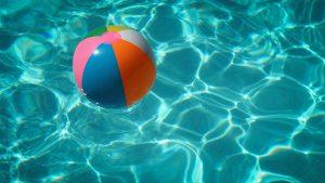 надувной мяч в бассейне