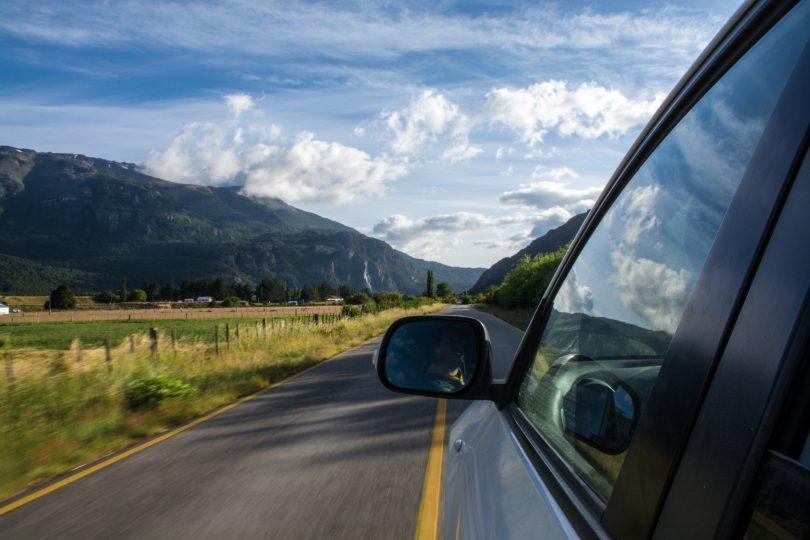 машина движется по дороге в сельской местности