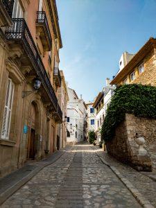 узка улица из камня в небольшом городе