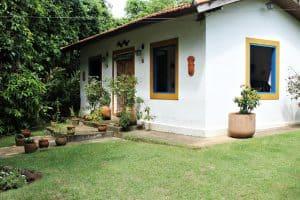 маленький белый дом на траве