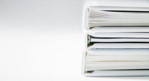 белые папки с документами