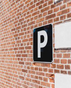 парковочный знак на каменной стене