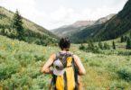 женщина с рюкзаком в горах