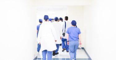 команда врачей в коридоре