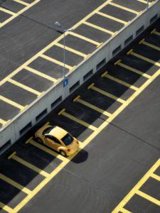одна припаркованная машина