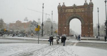 заснеженная триумфальная арка в Барселоне