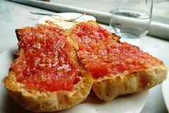 хлеб с помидорами и солью