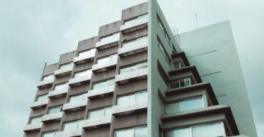 дом серого цвета с балконами