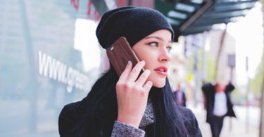 девушка в шапке разговаривает по телефону