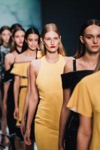 несколько моделей в желтом на дефиле