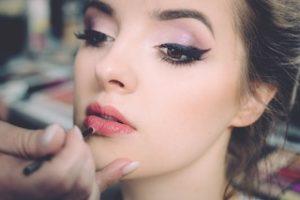 нанесение макияжа на лицо девушки