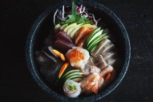 блюдо японской кухни на черном блюде