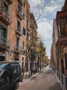 тихая улица в Барселоне