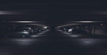 припаркованные машины в подземном паркинге
