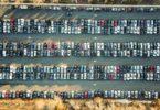 вид с высоты птичьего полета на множество машин