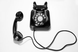 старый черный телефонный аппарат